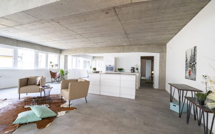Das Wohnzimmer mit Blick in Richtung Küche und Schlafzimmer