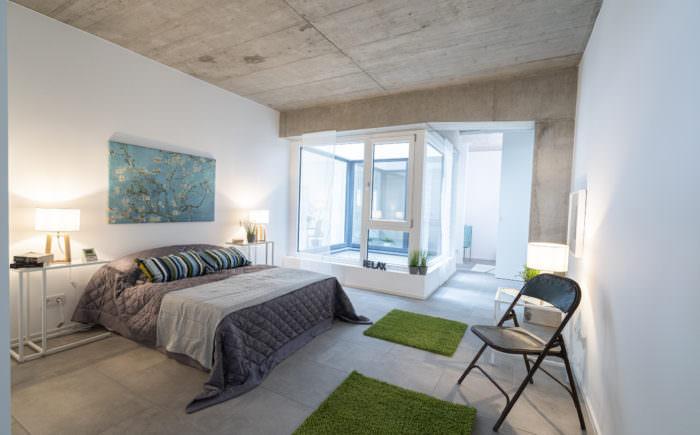 Schlafzimmer mit Blick in Richtung Bad