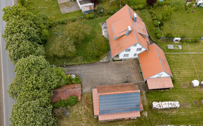 139 Gesamtes Anwesen mit Halle und Photovoltaikanlage