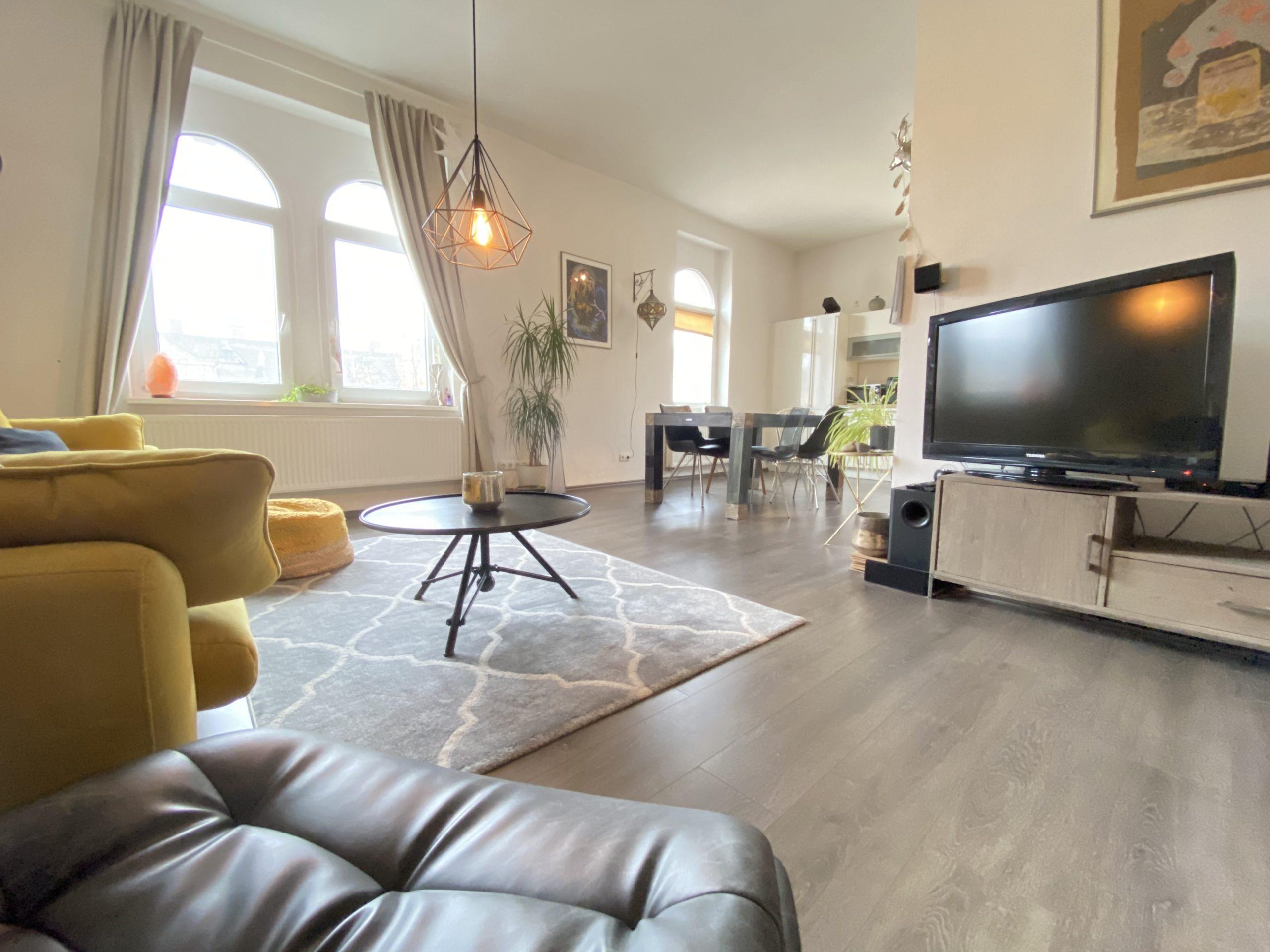 228 Geräumiges Wohnzimmer mit Blick zur Küche
